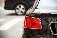 Detail eines hinteren roten Lichtes von Luxus-SUV Stockfotografie
