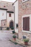 Detail eines italienischen Hauses mit Blumen auf dem Portal Lizenzfreies Stockbild