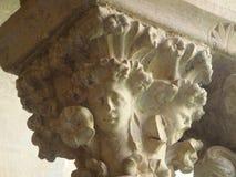 Detail eines Kapitals mit den Skulpturen graviert im Stein in der Abtei von Fossanova im Latium Italien Lizenzfreie Stockfotos