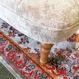 Detail eines luxuriösen Lehnsessels auf einer klassischen Wolldecke Stockbild