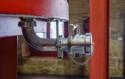 Detail eines Metallhahns für das Leeren eines großen Fasses, in dem die Trauben anfangen zu gären, um wi zu werden stockfotografie
