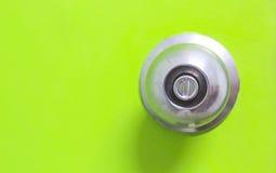 Detail eines metallischen Griffs auf grüner Tür, tainless StahlTürknauf des runden Balls Stockfoto