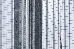 Reflexionen in einem modernen Bürohaus stockbilder