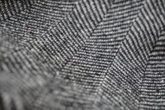 Detail eines modernen woolen Geldbeutels mit den schwarzen u. weißen Linien in Form der Pfeile (Fischgrätemuster) Lizenzfreie Stockfotografie