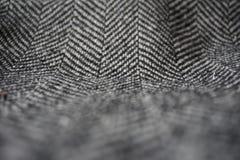 Detail eines modernen woolen Geldbeutels mit den schwarzen u. weißen Linien in Form der Pfeile (Fischgrätemuster) Lizenzfreie Stockbilder