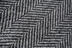 Detail eines modernen woolen Geldbeutels mit den schwarzen u. weißen Linien in Form der Pfeile (Fischgrätemuster) Lizenzfreies Stockbild