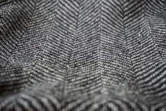 Detail eines modernen woolen Geldbeutels mit den schwarzen u. weißen Linien in Form der Pfeile (Fischgrätemuster) Stockbilder