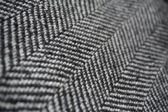 Detail eines modernen woolen Geldbeutels mit den schwarzen u. weißen Linien in Form der Pfeile (Fischgrätemuster) Stockfotografie