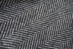 Detail eines modernen woolen Geldbeutels mit den schwarzen u. weißen Linien in Form der Pfeile (Fischgrätemuster) Lizenzfreies Stockfoto