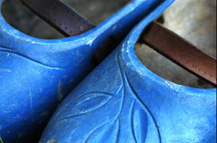 Detail eines Paares blauer hölzerner Schuhe Lizenzfreies Stockbild