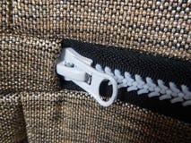 Detail eines Reißverschlusses auf einem Gewebe Stockfotografie
