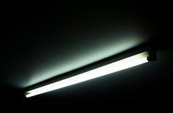 Detail eines Rohrs des Leuchtstofflichtes auf einer Wand Stockfotos