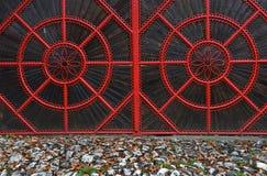 Detail eines roten geschmiedeten metallischen Tors Lizenzfreie Stockfotos