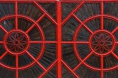 Detail eines roten geschmiedeten metallischen Tors Stockfotos
