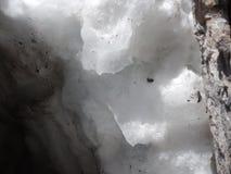 Detail eines schmelzenden Schnees in einer Gletscherspalte stockfotos
