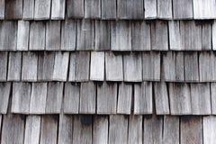 Detail eines verwitterten hölzernen Dachs, hölzerne Beschaffenheit stockbilder