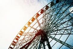 Detail en Silhouet van Ferris Wheel met Zonreeks stock foto's