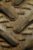 Detail geschossen vom Reifen eines alten Traktors Lizenzfreies Stockfoto