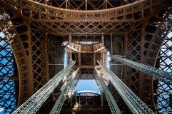Detail innerhalb der Mitte des Eiffelturms Stockfotografie