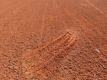 Detail met een voetafdruk van de sportschoen op een hof van de tennisklei stock afbeeldingen