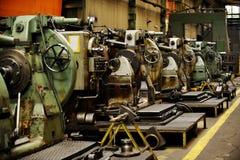 Detail met machines binnen oude fabriek stock afbeelding