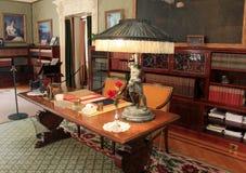 Detail in meubilair, boekenkasten en portretten in één van vele ruimten, George Eastman Museum, Rochester, New York, 2017 royalty-vrije stock foto