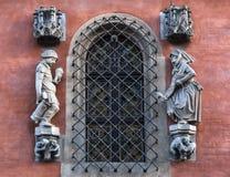 Detail op de muur van het Stadhuis in Wroclaw, Polen, boven de ingang aan Piwnica Swidnicka: een beeldhouwwerk van een dronken la Royalty-vrije Stock Afbeelding