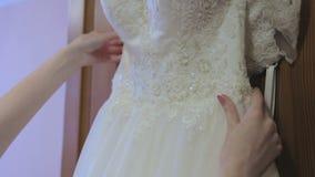 Detail op het huwelijk, prachtige kleding voor een bruid stock footage