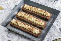 Detail op Kleine cacaocakes met geranseld buttercream op metaal pl Royalty-vrije Stock Afbeelding