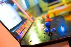 Detail op rode bedieningshendels en oude arcade Royalty-vrije Stock Foto
