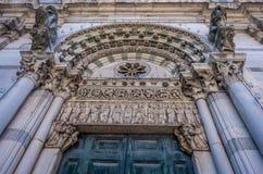 Detail op romanesque Voorgevel van St Martin Cathedral bij Piazza Antelminelli in Luca, Toscanië stock fotografie