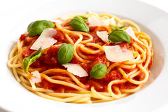 Detail of spaghetti with tomato sauce, fresh basil and cheese. I Royalty Free Stock Photos