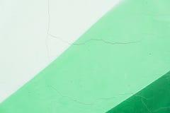 Detail und Beschaffenheit der gebrochenen alten Gipswand, Fragment von Graffiti, alte abgebrochene Farbe, Kratzer, Schmutzbeschaf Lizenzfreie Stockbilder