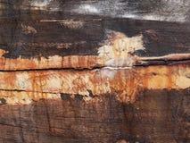Detail und Nahaufnahme des alten und farbigen hölzernen Rumpfs des Bootes, alte Malerei mit Sprüngen und hölzerne Beschaffenheit Stockfoto