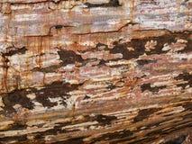 Detail und Nahaufnahme des alten und farbigen hölzernen Rumpfs des Bootes, alte Malerei mit Sprüngen und hölzerne Beschaffenheit Lizenzfreie Stockfotos