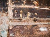 Detail und Nahaufnahme des alten und farbigen hölzernen Rumpfs des Bootes, alte Malerei mit Sprüngen und hölzerne Beschaffenheit Stockfotografie