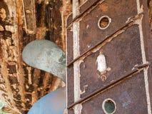 Detail und Nahaufnahme des alten und farbigen hölzernen Rumpfs des Bootes, alte Malerei mit Sprüngen und hölzerne Beschaffenheit Lizenzfreie Stockbilder