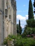 Detail und Teil des Landhauses der Insel des Garda auf dem See von Garda mit seinem Garten Italien stockbilder