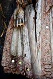 Detail van Balinese houten beeldhouwwerk, hand en rok Stock Afbeeldingen