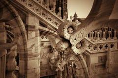 Detail van beeldhouwwerken op het dak van Duomo in Milaan Stock Afbeeldingen
