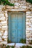 Detail van blauwe houten deur in uitstekende steenmuur royalty-vrije stock afbeelding