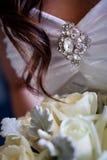Detail van broche op een huwelijkskleding Stock Afbeelding