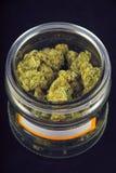Detail van cannabisknoppen & x28; druivengod strain& x29; op een glaskruik isolat Stock Afbeeldingen