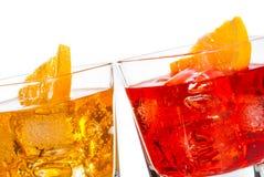 Detail van cocktail twee met oranje die plak op bovenkant op witte achtergrond wordt geïsoleerd Royalty-vrije Stock Fotografie