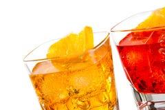Detail van cocktail twee met oranje die plak op bovenkant op witte achtergrond wordt geïsoleerd Stock Afbeeldingen