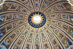 Detail van de binnenkant van de koepel van St. Peter Basiliek in Rome, Italië. stock foto's