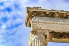 Detail van de bovenkant van een herstelde kolom op Parthenon op de Akropolis van Athene tegen een mooie blauwe hemel met pluizige Royalty-vrije Stock Foto