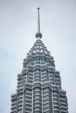 Detail van de bovenkant van de tweelingtorens van Petronas in Kuala Lumpur, Maleisië royalty-vrije stock fotografie