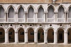 Detail van de buitenkant van het Doge` s Paleis Palazzo Ducale in Venetië stock foto