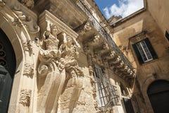Detail van de buitenvoorgevel van een historisch barok paleis in Salento - Italië Stock Foto